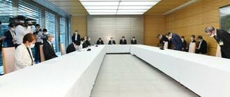 建設アスベスト訴訟の原告団(左列)らに謝罪する菅首相(右列手前から2人目)=18日午前、首相官邸