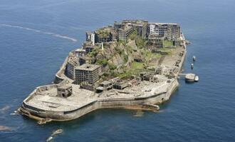 世界文化遺産の端島(通称・軍艦島)=2015年4月、長崎市