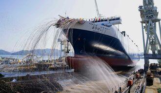 初めて海へ進水する琉球海運の「あやはし」=17日、広島県・尾道造船所