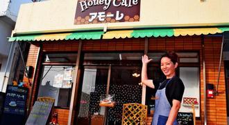 「ハチミツの魅力を広めたい」と話すハチミツカフェ「アモーレ」店長の運天美香さん=9日、本部町大浜