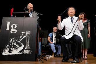 13日、米マサチューセッツ州ケンブリッジのハーバード大で開かれた「イグ・ノーベル賞」授賞式で、大腸内視鏡の検査について説明する堀内朗さん(AP=共同)