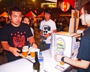 オリオンビアフェストでドラフトビールを買い求める台湾人来場者=8日、台北市