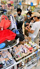 レジ袋有料化を前にマイバッグを買い求める来店客=29日午後、東急ハンズ那覇メインプレイス店