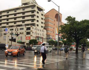 沖縄県内では朝から雨が降り続いている=4日午前9時過ぎ、那覇市おもろまち