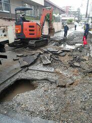大雨の影響で損壊し、通行止めになっている市道名護30号線=29日、名護市大東