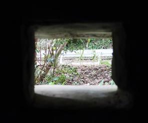 真っ暗な監置小屋の中から見た縦15センチ、横20センチの小窓。食事の出し入れに使ったという