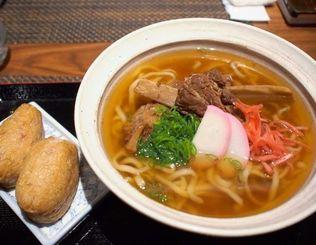 日本レストラン「ふくろう」が提供した沖縄そば