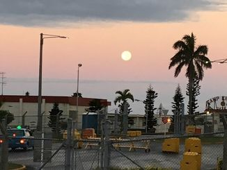 一夜開けた15日早朝は西の空にスーパームーンが浮かんだ=沖縄県浦添市