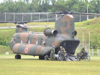 一般公開された訓練で、CH47JA輸送ヘリから下りる偵察部隊=25日午前11時40分ごろ、那覇駐屯地