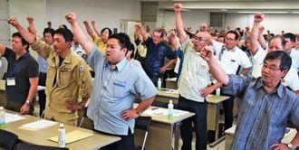 ガンバロー三唱で士気を上げる北部市町村の首長ら=9日、名護市・北部会館