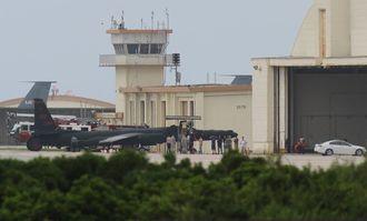 (資料写真)嘉手納基地の旧海軍駐機場に駐機するU2偵察機