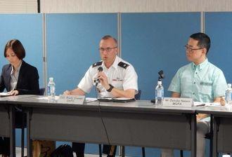 再発防止に向け日米の関係強化の必要性を訴える在日米軍沖縄調整事務所のブレイディー・クロシェー所長(中央)=19日、外務省沖縄事務所