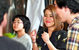 大好きな演劇の練習中、笑顔を見せる玉城歩。彼女の笑顔は周りを明るくする=2月、那覇市首里石嶺町