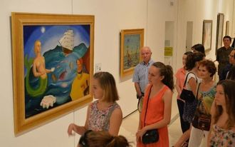 20世紀の美術史を代表する巨匠たちの作品を鑑賞する来場者=15日、那覇市おもろまちの県立博物館・美術館
