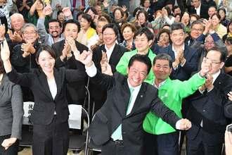 支持者の手拍子に合わせカチャーシーを踊る中山義隆さん=11日午後9時17分、市真栄里の選挙事務所(下地広也撮影)