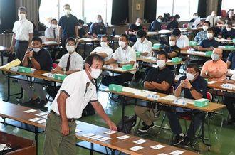 組み合わせ抽選のくじを引く各校の代表者=11日午後、北中城村立中央公民館