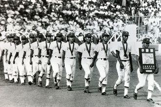 第72回全国高校野球選手権大会で、沖縄水産高校が県勢初の準優勝に輝いた=1990年8月21日