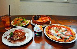 ココナッツブルーとブラットオレンジ、シークヮーサーのトリプルジェラート(中央)。スープパスタ土鍋仕立て(右奥)やピッツァ(手前右)、ティラミス(同左)など豊富なメニューとセットが楽しめる