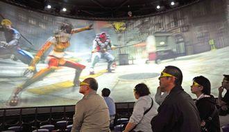 試写会で360度スクリーンの立体映像を楽しむ関係者=20日、豊見城市の豊崎ライフスタイルセンターTOMITON