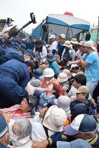 辺野古ゲート前700人座り込み 集中行動2日目、機動隊4時間拘束も 逮捕2人
