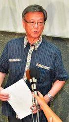 記者の質問に答える翁長雄志知事=30日午後、県庁