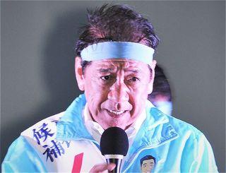 打ち上げ式で支持を呼び掛ける桑江朝千夫候補=21日、沖縄市・胡屋十字路