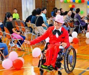 身体や知的障がいがある11人がモデルとして登場した「ふれあいファッションショー」=23日、浦添市・サン・アビリティーズうらそえ