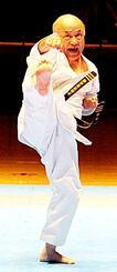 沖縄伝統空手儀式で型を披露する島袋善保氏(少林流)