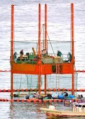 【2位】辺野古の海上に設置されたスパット台船。立ち入り禁止にするため周りをフロートで囲い、支柱の根元までネットを張り巡らせた=8月17日午後6時7分、名護市辺野古沖