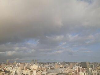 那覇市の上空=1日午後5時ごろ