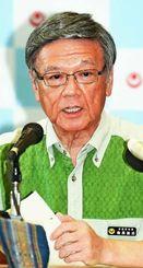 事故に「憤りを感じる」と厳しい表情で語る翁長雄志知事=18日午後、沖縄県庁