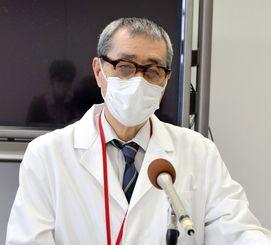 医療崩壊の危機感を訴える県立宮古病院の本永英治院長=19日、宮古島市