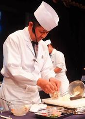 豆腐ようを調味料に使ったあえ物を作る、日本料理の来間武料理長=21日、那覇市の沖縄かりゆしアーバンリゾート・ナハ