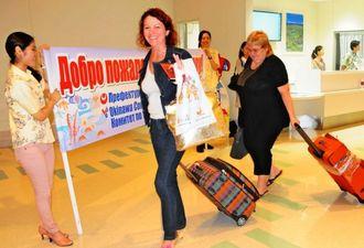 ハバロフスクと那覇を結ぶチャーター便で沖縄を訪れたロシアの旅行客=4日、那覇空港国際線ターミナル
