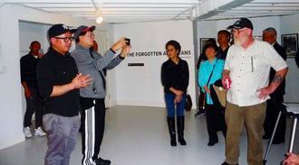 写真展を開いたエンリコ・ドゥンカさん(左)=ショップキーパーズ・ギャラリー