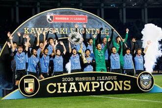 サッカーJ1でG大阪を下し2年ぶり3度目のリーグ制覇を決め、大喜びの川崎イレブン=25日、川崎市の等々力陸上競技場