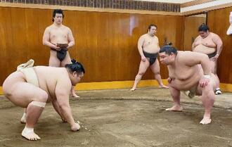 時津風部屋での稽古で豊山(左)と相撲を取る正代=東京都墨田区(日本相撲協会提供)