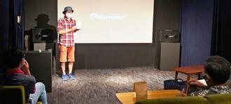 営業再開した初日、最初の上映終了後に恒例の「後説」をするシアタードーナツの宮島真一代表=5月29日、沖縄市中央・同館