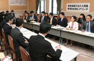 前川喜平前事務次官の授業内容の報告要請問題を巡り開かれた、文科省職員(手前)への野党合同ヒアリング=19日午後、国会