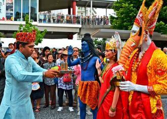 インド伝統の祈りの儀式「プージャ」を披露する喜納兼史さん(右から3人目)らインド県人会=那覇市・国際通り