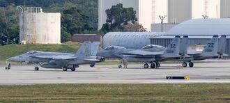 岩国基地配備のFA18戦闘機(左)と嘉手納基地所属のF15戦闘機=11日午後3時50分ごろ、嘉手納基地(読者提供)