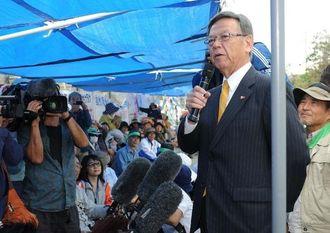 キャンプ・シュワブのゲート前の仮設テントを訪れ、住民を激励する翁長雄志さん(右から2人目)=19日午後2時23分、名護市辺野古