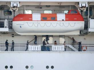 横浜・大黒ふ頭に停泊するクルーズ船「ダイヤモンド・プリンセス」内を歩く乗船者=17日午前11時8分