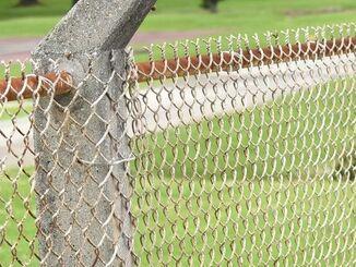 (資料写真)米軍基地のフェンス