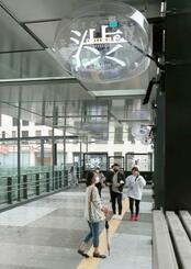 利用可能となった、東京・渋谷駅の西口(奥左)と複合ビル「渋谷フクラス」を直結する歩行者用デッキ=26日午前