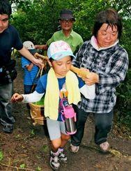 沖縄戦を学ぶきっかけにしようと行われた、「飯上げ」体験=23日、南風原町喜屋武の「飯上げの道」