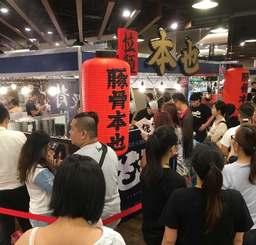 台湾のテスト販売で、もとなりのラーメンを買い求める大勢の客たち=2017年7月、台湾新竹市(グーファクトリー提供)
