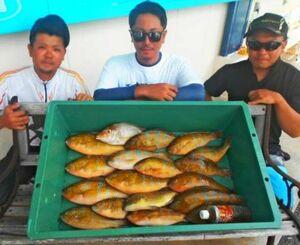 浜比嘉島で40センチクラスのアーガイを数釣りした津波古勇希さん(左)=16日