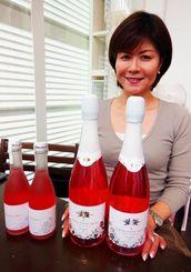 フラワースパークリング「Hana Hana Beni」を発売するグランディールの田島理恵子社長=那覇市天久