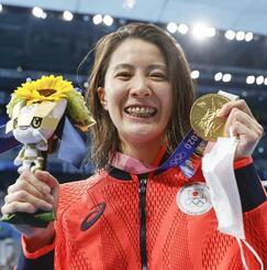 女子200メートル個人メドレーで優勝し、メダルを手に笑顔の大橋悠依=28日、東京アクアティクスセンター
